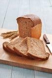 Φραντζόλα του ψωμιού με τα τεμαχισμένα κομμάτια του ψωμιού στοκ φωτογραφία με δικαίωμα ελεύθερης χρήσης