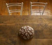 Φραντζόλα του ψωμιού στον καφετή πίνακα Στοκ Εικόνες