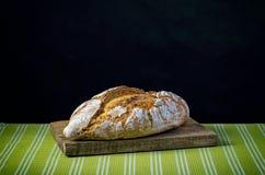 Φραντζόλα του ψωμιού στον ξύλινο τέμνοντα πίνακα Στοκ φωτογραφίες με δικαίωμα ελεύθερης χρήσης