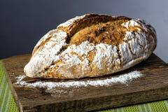Φραντζόλα του ψωμιού στον ξύλινο τέμνοντα πίνακα Στοκ Εικόνες