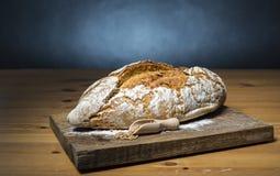 Φραντζόλα του ψωμιού στον ξύλινο τέμνοντα πίνακα Στοκ Φωτογραφία