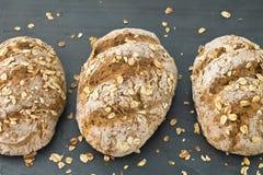 Φραντζόλα oatmeal σε ένα γκρίζο υπόβαθρο Στοκ Εικόνες