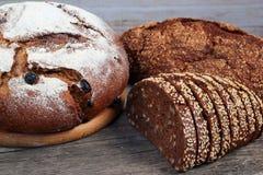 Φραντζόλες του ψωμιού με τα δημητριακά και τις σκόνες Στοκ φωτογραφίες με δικαίωμα ελεύθερης χρήσης