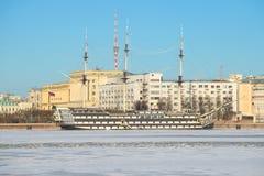 Φρεγάτα ` Blagodat ` στο υπόβαθρο του αναχώματος Petrovskaya, ηλιόλουστη ημέρα Ιανουαρίου Πετρούπολη Άγιος Στοκ Φωτογραφία