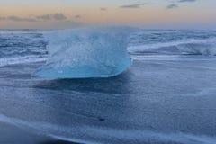 Φρενάρισμα πάγου στο μαύρο seacoast παραλιών άμμου ορίζοντα Στοκ Φωτογραφία