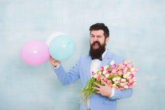 Φρεσκάδα άνοιξη ημερομηνία αγάπης με τα λουλούδια r 8 του Μαρτίου i Επίσημο ώριμο γενειοφόρο άτομο επιχειρηματιών στοκ εικόνες με δικαίωμα ελεύθερης χρήσης
