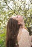 Φρεσκάδα άνοιξη πρόσωπο και skincare ταξίδι το καλοκαίρι πράσινη γυναίκα άνοιξη έννοιας κίτρινη Άνοιξη και διακοπές άνθος Θερινό  στοκ εικόνα