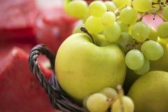 Φρεσκάδα φρούτων θερινής ακόμα ζωής από τα ώριμα σταφύλια, το μήλο και το καρπούζι Στοκ φωτογραφία με δικαίωμα ελεύθερης χρήσης