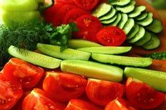 Φρεσκότερες αγγούρια και ντομάτες που τρώνε Στοκ Εικόνες