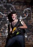 Φρικιαστικός τρελός σε ένα σκοτεινό υπόβαθρο και chainesaw στοκ φωτογραφία με δικαίωμα ελεύθερης χρήσης
