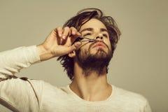 Φροντίδα για τη γενειάδα κομμένη άτομο mustache τρίχα με το ψαλίδι στοκ φωτογραφία με δικαίωμα ελεύθερης χρήσης