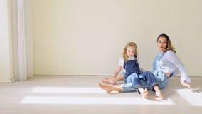 Φροντίζοντας γοητευτική όμορφη νέα μητέρα που παίζει με την λίγο παιδί απόθεμα βίντεο