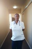 Φροντίζοντας θηλυκός γιατρός που εξετάζει τη κάμερα και το χαμόγελο στοκ εικόνες με δικαίωμα ελεύθερης χρήσης