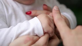 Φροντίζοντας μητέρα με το μωρό, την έννοια της αγάπης και την οικογένεια χέρια της κινηματογράφησης σε πρώτο πλάνο μητέρων και μω απόθεμα βίντεο