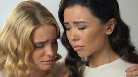 Φροντίζοντας ξανθό κορίτσι που υποστηρίζει το στενό φίλο της, αποσύνθεση, απώλεια αγαπημένου προσώπου απόθεμα βίντεο