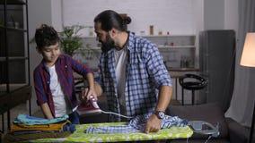 Φροντίζοντας πατέρας και γιος που κάνουν τα οικιακά από κοινού φιλμ μικρού μήκους
