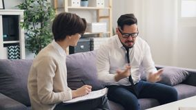 Φροντίζοντας ψυχολόγος που ανακουφίζει τον τρελλό επιχειρηματία τύπων κατά τη διάρκεια των διαβουλεύσεων φιλμ μικρού μήκους