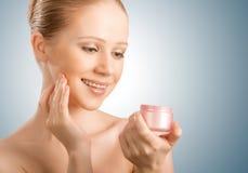 Φροντίδα δέρματος.  γυναίκα ομορφιάς με τις προσοχές ιδιαίτερες με το βάζο της κρέμας στοκ φωτογραφίες