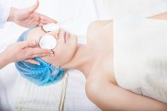Φροντίδα δέρματος - καθαρίζοντας πρόσωπο γυναικών από το beautician Στοκ εικόνα με δικαίωμα ελεύθερης χρήσης