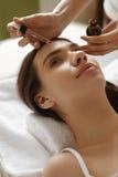 Φροντίδα δέρματος προσώπου Γυναίκα που λαμβάνει την επεξεργασία ορών στο σαλόνι ομορφιάς Στοκ Φωτογραφία