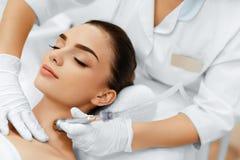 Φροντίδα δέρματος προσώπου Επεξεργασία αποφλοίωσης Microdermabrasion διαμαντιών, Bea στοκ φωτογραφίες