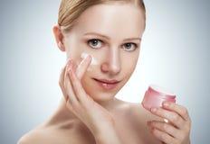 Φροντίδα δέρματος. ευτυχές υγιές κορίτσι ομορφιάς με το βάζο της κρέμας στοκ εικόνες