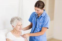 Φροντίδα γιατρών που υφίσταται τον ανώτερο ασθενή στοκ εικόνες