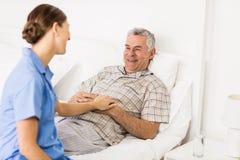 Φροντίδα νοσοκόμων που υφίσταται τον ανώτερο ασθενή στοκ φωτογραφίες
