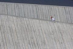 Φρουρά ασφάλειας μεταξύ των κλιμένων τοίχων Στοκ φωτογραφίες με δικαίωμα ελεύθερης χρήσης
