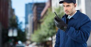 Φρουρά ασφάλειας με την ομιλούσα ταινία walkie ενάντια στη μουτζουρωμένη οδό Στοκ Εικόνες