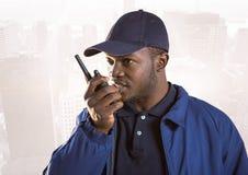 Φρουρά ασφάλειας με την ομιλούσα ταινία walkie ενάντια στον εξασθενισμένο ορίζοντα Στοκ Εικόνες