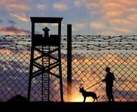 Φρουρά ασφάλειας με το σκυλί στα σύνορα Στοκ φωτογραφία με δικαίωμα ελεύθερης χρήσης