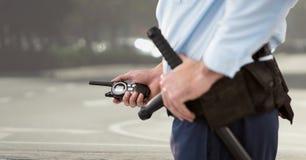 φρουρά ασφάλειας με walkie-talkie στον τομέα καλαθιών στοκ φωτογραφία με δικαίωμα ελεύθερης χρήσης