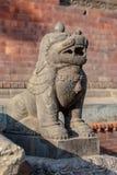 Φρουρά λιονταριών μπροστά από έναν από τους ναούς Pashupatinath στοκ εικόνες με δικαίωμα ελεύθερης χρήσης