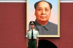 Φρουρά στάσεων στρατιωτών μπροστά από Mao Στοκ Εικόνες