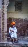 Φρουρά στο παραδοσιακό κοστούμι του αρχαίου οχυρού στοκ φωτογραφίες με δικαίωμα ελεύθερης χρήσης