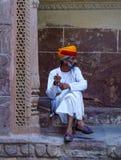 Φρουρά στο παραδοσιακό κοστούμι του αρχαίου οχυρού στοκ εικόνα