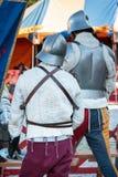 Φρουρές με τα μεταλλικά κράνη στη μεσαιωνική έκθεση γεγονότος Στοκ φωτογραφία με δικαίωμα ελεύθερης χρήσης