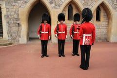 Φρουρές του Castle Windsor στη δράση σε Windsor Castle στην Αγγλία στοκ εικόνα