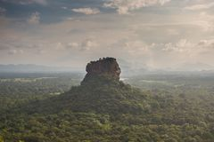 Φρούριο βράχου λιονταριών Sigiriya, άποψη από Pidurangala, Σρι Λάνκα στοκ φωτογραφία