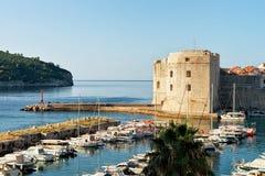 Φρούριο και sailboats του ST John στον παλαιό λιμένα σε Dubrovnik Στοκ φωτογραφία με δικαίωμα ελεύθερης χρήσης