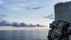 Φρούριο σε Dubrovnik Αδριατική θάλασσα στο ηλιοβασίλεμα με το παλαιό κτήριο πετρών στοκ φωτογραφία με δικαίωμα ελεύθερης χρήσης