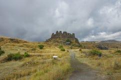 Φρούριο Amberd στην κλίση του βουνού Aragats στα σύννεφα οπλίζει Στοκ Φωτογραφίες