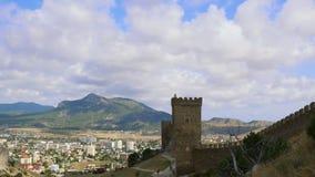 Φρούριο Genoese, Sudak, Κριμαία Βουνά ενάντια στο μπλε ουρανό με τα άσπρα σύννεφα Cirrus σύννεφα που οργανώνονται πέρα από το μπλ απόθεμα βίντεο