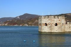 Φρούριο Golubac στο τοπίο εποχής φθινοπώρου ποταμών Δούναβη στοκ φωτογραφία