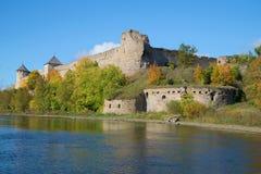 Φρούριο Ivangorod το ινδικό καλοκαίρι Περιοχή του Λένινγκραντ, της Ρωσίας Στοκ Εικόνες