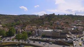 Φρούριο Narikala στο λόφο, κατοικημένα κτήρια στη βάση του βουνού, Tbilisi φιλμ μικρού μήκους
