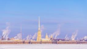 φρούριο Paul Peter Πετρούπολη ST χειμώνας όψης δέντρων χιονιού έλατου κλάδων Στοκ εικόνα με δικαίωμα ελεύθερης χρήσης