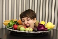 Φρούτα δαγκώματος γυναικών στοκ εικόνες με δικαίωμα ελεύθερης χρήσης