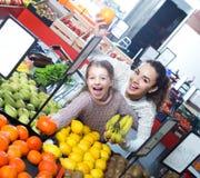Φρούτα αγοράς γυναικών και μικρών κοριτσιών Στοκ φωτογραφία με δικαίωμα ελεύθερης χρήσης